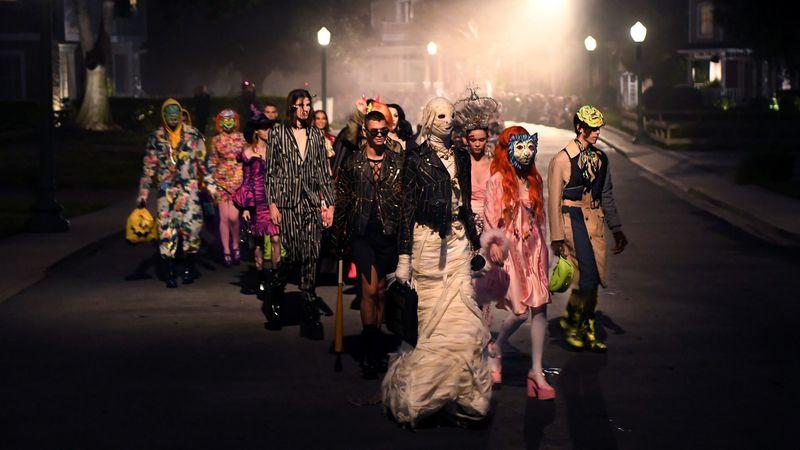 Halloween Costumes Ideas 2020 Men Watch Moschino's Halloween Themed Fashion Show at Universal